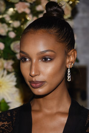 Jasmine Tookes glitzed up her look with a pair of dangling diamond earrings by John Hardy.