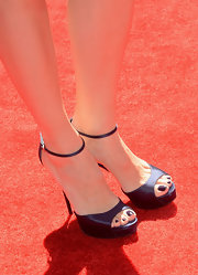 Jennifer Garner dressed up her daytime red carpet look with these purple evening sandals.
