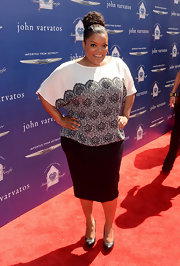 Yvette Nicole Brown showed off her curves with this figure-flattering black pencil skirt and print blouse.