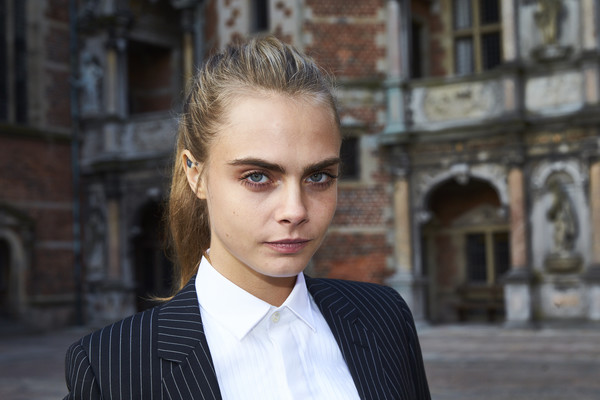 Cara Delevingne pulled her hair back into a casual pony for the 'Jonathan Yeo Portraits' exhibition opening.