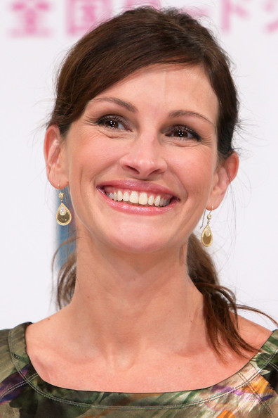 Julia Roberts Gold Dangle Earrings