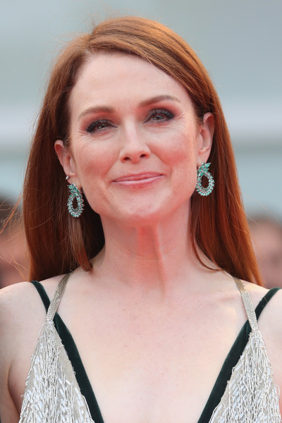 Julianne Moore Long Straight Cut [hair,face,hairstyle,beauty,eyebrow,skin,chin,blond,lip,red hair,julianne moore,sala grande,red carpet,suburbicon,venice,italy,suburbicon premiere,venice film festival,screening]
