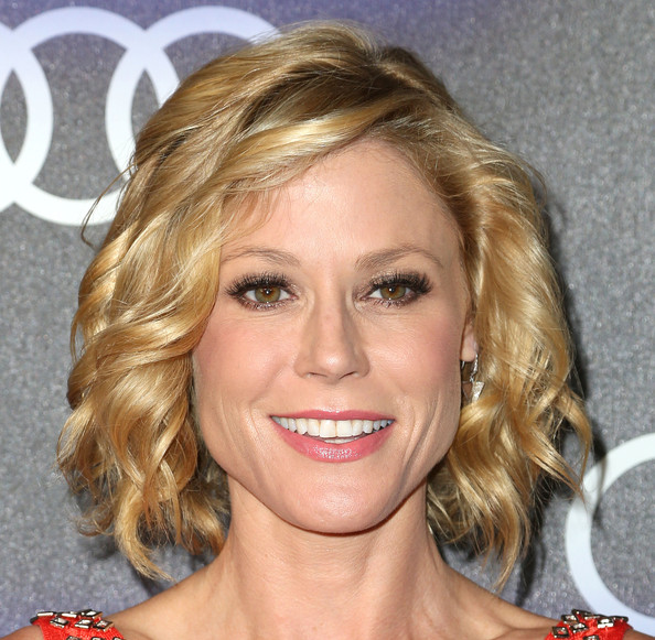 Julie Bowen Curled Out Bob [hair,face,blond,hairstyle,eyebrow,chin,lip,forehead,brown hair,layered hair,arrivals,julie bowen,california,los angeles,cecconis restaurant,audi celebrates emmys]