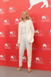 Naomi Watts styled her suit with chic gold pumps.