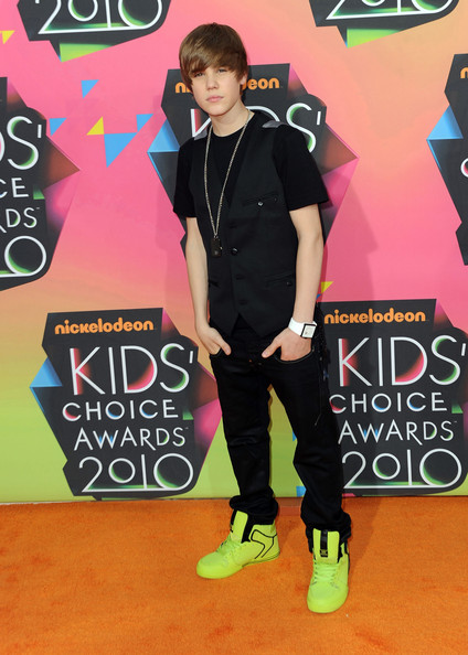 Justin Bieber Moptop [footwear,flooring,carpet,red carpet,youth,fashion,outerwear,product,t shirt,fun,arrivals,justin bieber,annual kidschoice awards,california,los angeles,pauley pavilion,nickelodeon,ucla,annual kids choice awards]
