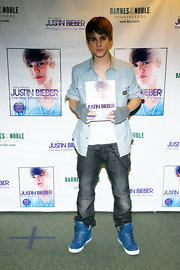 Justin added a pop of color to his casual look with cobalt blue high top sneakers.