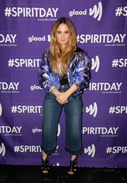 Jojo completed her casual outfit with loose capri jeans.