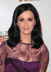 Katy Perry added high drama to her stunning look with wispy lashes. Her stunning look was completed with saturated copper shadow and a soft nude lip.