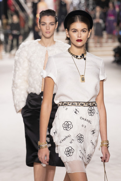 Kaia Gerber Link Bracelet [chanel metiers dart,fashion model,fashion show,fashion,white,runway,clothing,beauty,skin,shoulder,fashion design,kaia gerber,runway,paris,le grand palais,france,chanel metiers,show]