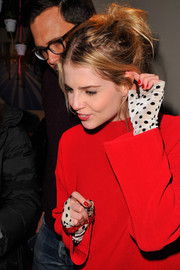 These fingerless polka-dot gloves Lucy Boynton wore to the Kari Feinstein Style Lounge looked really cute and fun!