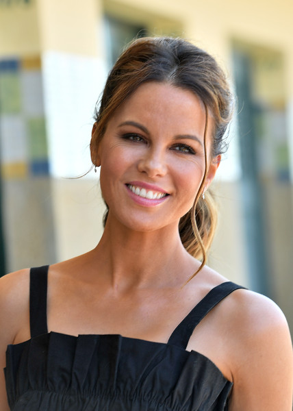 Kate Beckinsale stuck to her signature ponytail when she attended her photocall at the 2018 Deauville American Film Festival.
