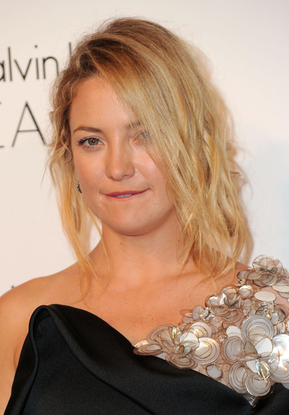 Kate Hudson Messy Updo [elle,hair,hairstyle,face,blond,shoulder,chin,beauty,eyebrow,long hair,layered hair,17th annual women in hollywood tribute,beverly hills,california,the four seasons hotel,17th annual women in hollywood tribute - arrivals,kate hudson]