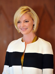 Katherine Heigl signed the golden book of Esslingen wearing a pair of gold wreath drop earrings.