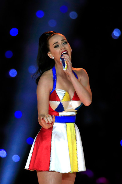 Katy Perry Red Nail Polish [performance,entertainment,performing arts,singing,singer,music artist,talent show,beauty,event,public event,university of phoenix stadium,arizona,glendale,pepsi super bowl xlix halftime show,katy perry]
