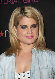 Kelly Osbourne paired her shimmering metallic bronze shadow with a soft petal pink lip.