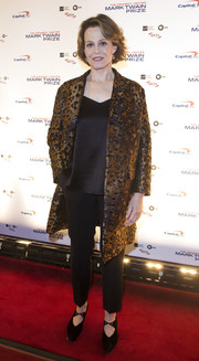 Sigourney Weaver completed her red carpet attire with black suede pumps.