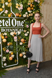 Kate Bosworth styled her look with a pair of black broad-strap sandals.