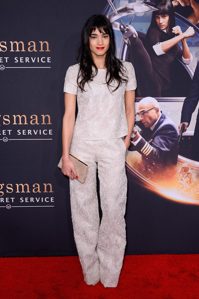 Sofia Boutella complemented her outfit with a simple yet stylish nude suede clutch.