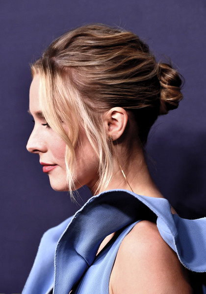 Kristen Bell Messy Updo [hair,hairstyle,chin,beauty,shoulder,blond,neck,long hair,chignon,ear,arrivals,kristen bell,3labs,culver city,california,baby2baby,olivia baby2baby gala]