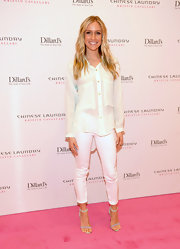 Kristin kept her look breezy and bright with a pair of white skinny pants.