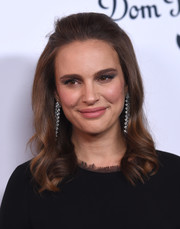 Natalie Portman finished off her look with a glamorous pair of Van Cleef & Arpels dangling diamond earrings.