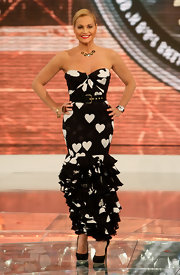 Simona Ventura looked fun and sultry at the same time in a strapless black-and-white mermaid gown printed all over with hearts.