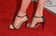 Amy Adams completed her look with a pair of dark gray sandals.