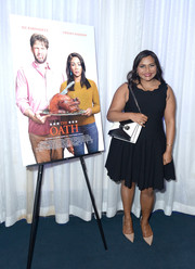 Mindy Kaling paired her dress with simple beige pumps.