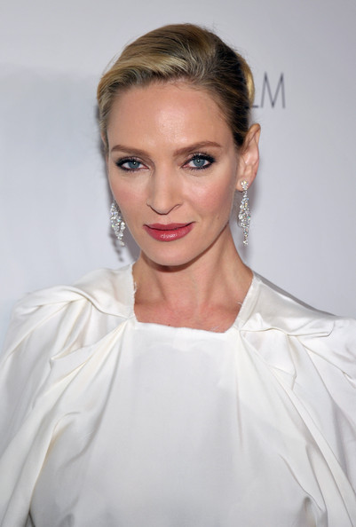 Uma Thurman wore a stunning pair of oval and round cut diamond chandelier earrings set in platinum at the 2011 LACMA Art and Film Gala.