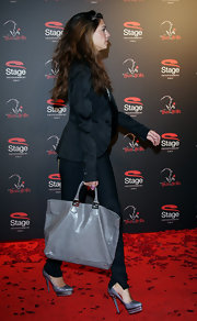 Screw a clutch, Melissa brought out the big guns for the red carpet with this gray tote.