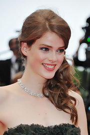 The Swiss model looked spectacular on the red carpet at Cannes, shining in a diamond necklace set in 18k white gold.