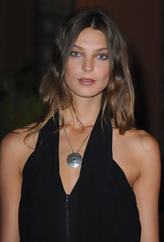 Daria has a unique, devil-may-care attitude when it comes to styling her red carpet looks. We love the addition of this oxidized silver pendant necklace to her LBD.