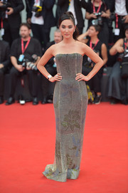 Nicole Warne donned a strapless column dress that featured a subtle floral pattern for the 2019 Venice Film Festival opening ceremony.