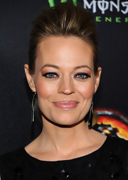 Jeri Ryan teamed her heavily lined lids with shimmering bronze shadow.