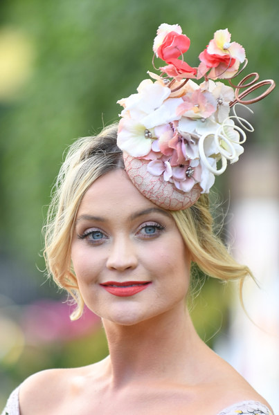 Laura Whitmore Red Lipstick [hair,headpiece,clothing,hairstyle,hair accessory,pink,beauty,skin,fashion accessory,headgear,laura whitmore,ascot,england,ascot racecourse,royal ascot ladies]