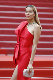 Petra Nemcova showed off a sustainable silver clutch by Rossoyuki at the 2019 Cannes Film Festival screening of 'La Belle Epoque.'