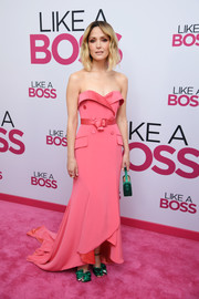 Rose Byrne went for an unusual color combo, pairing her dress with bow-adorned emerald sandals.