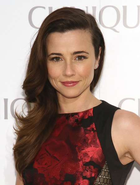 Linda Cardellini Lipgloss [party,clinque,hair,fashion model,beauty,eyebrow,human hair color,hairstyle,long hair,chin,layered hair,shoulder,620 loft garden,new york city,linda cardellini]