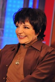 Liza Minnelli wore a beautiful heart pendant at a TV guesting.