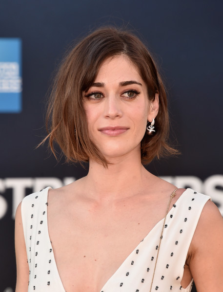 Lizzy Caplan Bob [hair,fashion model,hairstyle,beauty,human hair color,eyebrow,chin,shoulder,layered hair,long hair,arrivals,lizzy caplan,ghostbusters,california,hollywood,tcl chinese theatre,sony pictures,sony pictures ghostbusters,premiere]