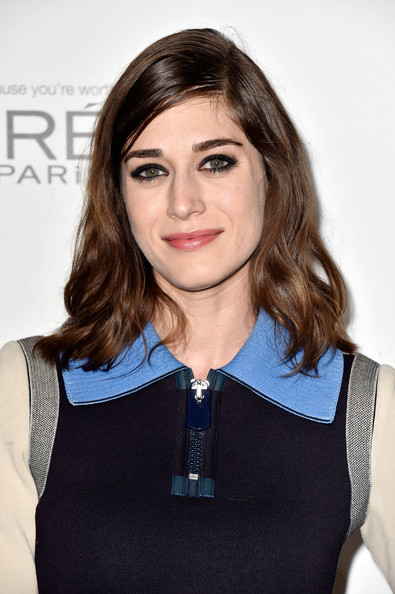 Lizzy Caplan Medium Wavy Cut [lizzy caplan,21st annual women in hollywood - arrivals,hair,face,hairstyle,beauty,brown hair,blond,neck,lip,long hair,electric blue,beverly hills,21st annual women in hollywood,four seasons hotel,california,los angeles,elle]