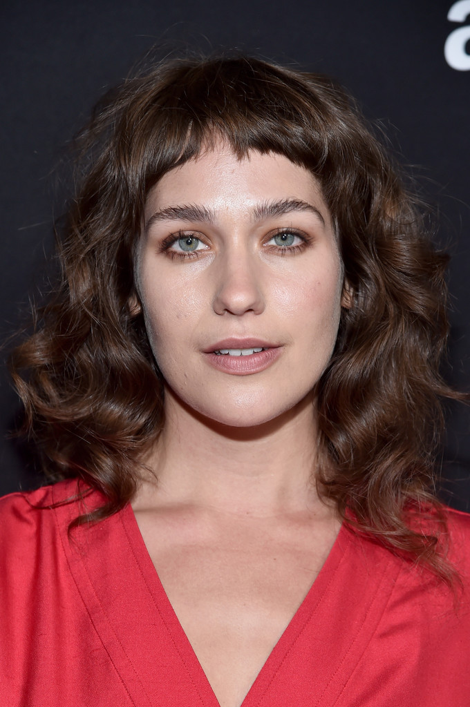 Lola Kirke Medium Wavy Cut With Bangs Shoulder Length