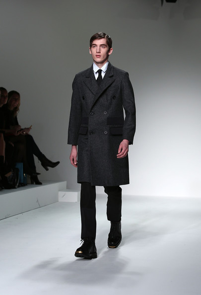 http://www1.pictures.stylebistro.com/gi/Lou+Dalton+Catwalk+London+Collections+MEN+3rVVRSJ4XuLl.jpg