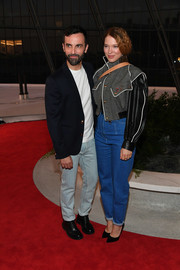 Lea Seydoux completed her outfit with a pair of high-waisted mom jeans.