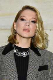 Lea Seydoux wore her hair in a textured lob at the Louis Vuitton Spring 2019 show.