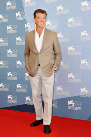 Pierce Brosnan looked at ease in this handsome khaki blazer.