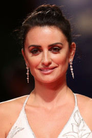 Penelope Cruz opted for a loose bun when she attended the Venice Film Festival premiere of 'Loving Pablo.'
