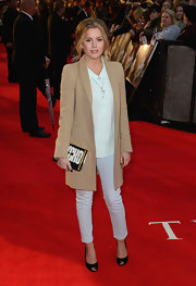Caggie Dunlop went to see the premiere of 'The Lucky One' wearing a simple yet chic outfit featuring a brown boyfriend blazer.
