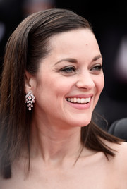 Marion Cotillard accessorized with a lovely pair of Chopard diamond chandelier earrings at the Cannes premiere of 'Macbeth.'