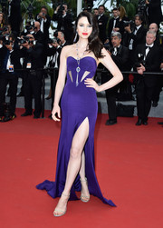 Emma Miller smoldered at the 'Macbeth' premiere in a purple strapless gown with multiple cutouts and a thigh-baring slit.